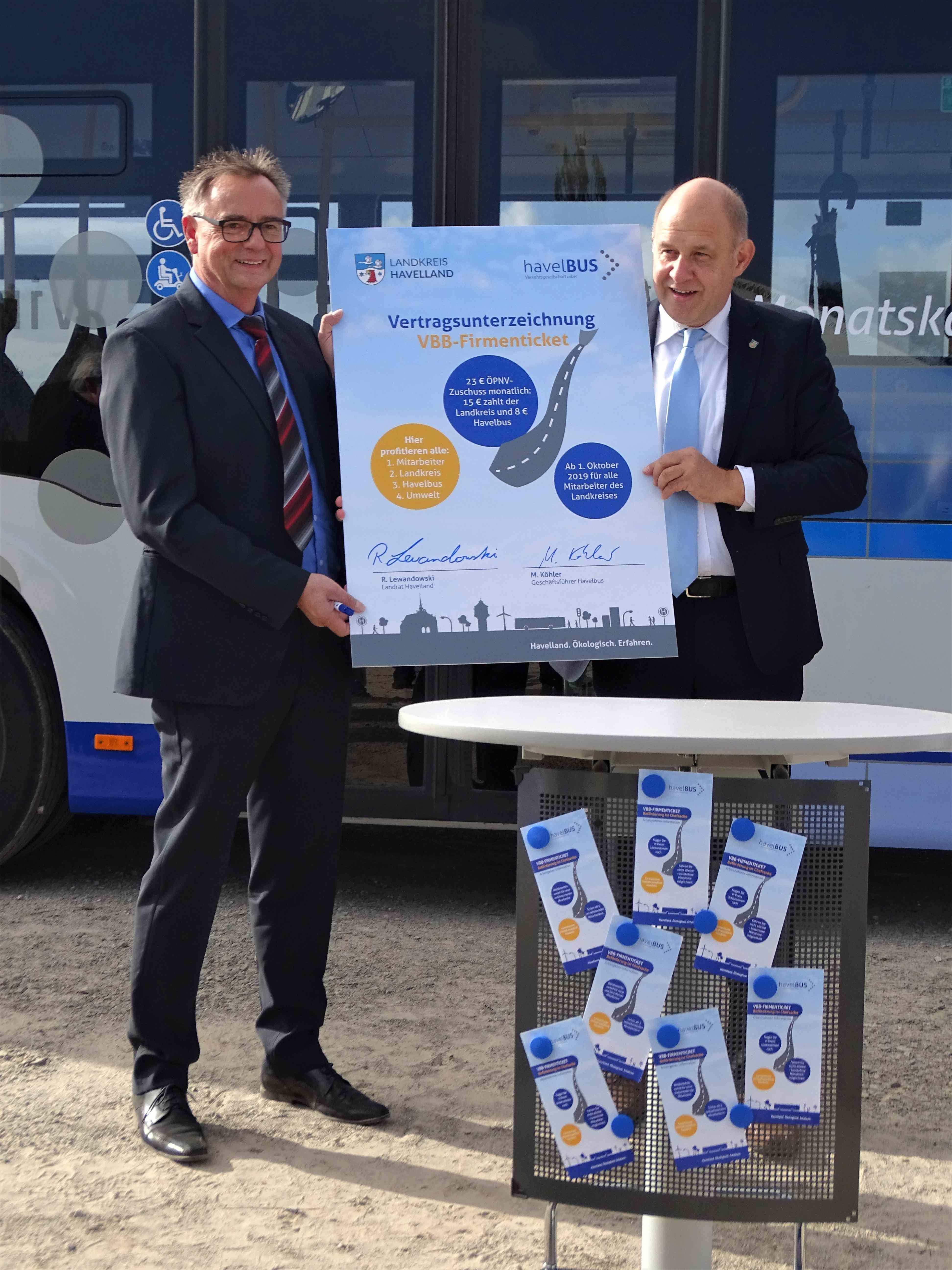 Vertragsunterzeichnung zum VBB-Firmenticket zwischen Landkreis und Havelbus